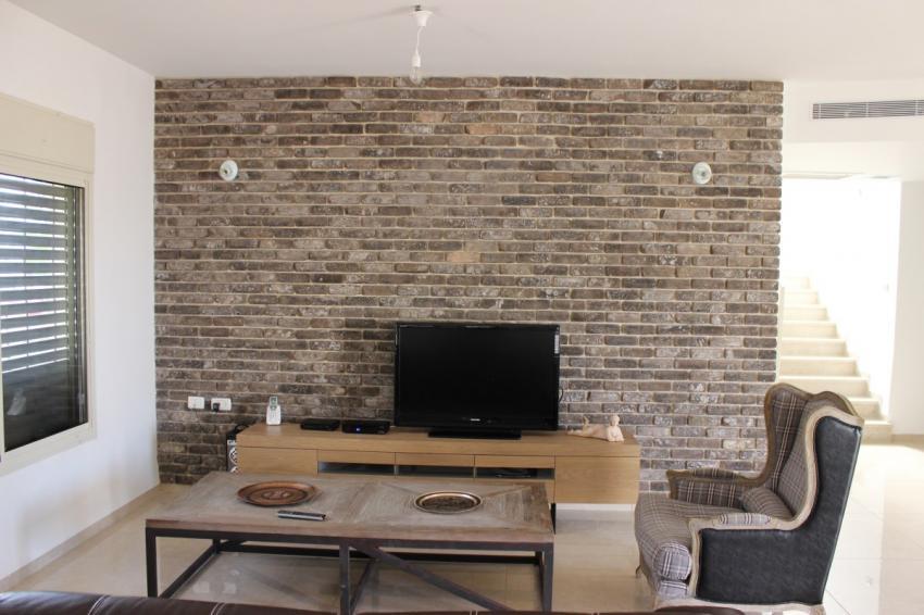 חיפוי קיר טלוויזיה בסלון הבית