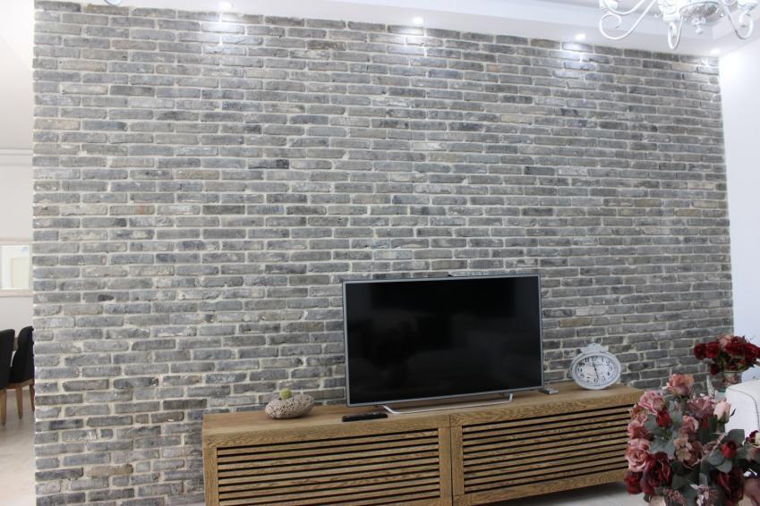 קיר בריקים מפירוק אפור בסלון הבית