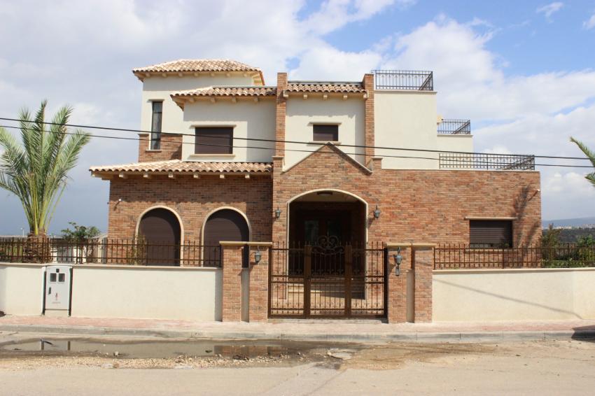 בריק אדום מיקס בחזית בית בסגנון אירופאי