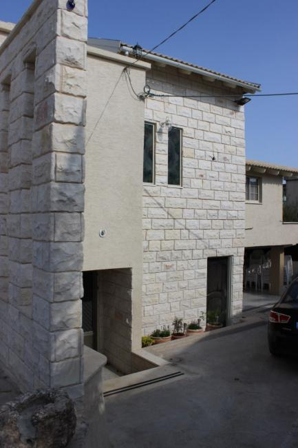 אבן חירבה בחזית הבית